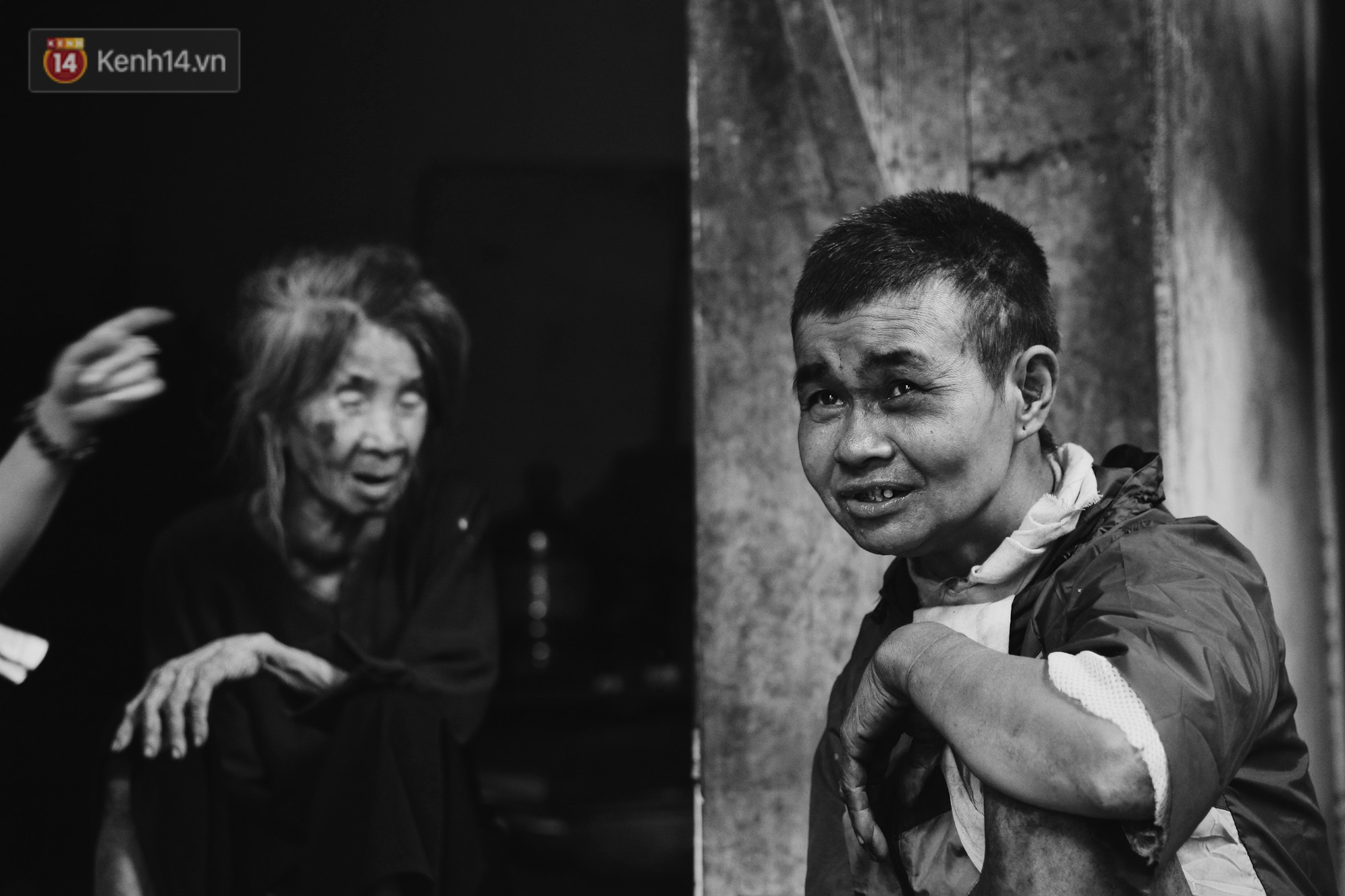 Ở Hà Nội, có một người mẹ mù gần 90 tuổi vẫn ngày đêm chăm đứa con gái điên: Còn sống được lúc nào, thì tôi còn nuôi nó - Ảnh 8.