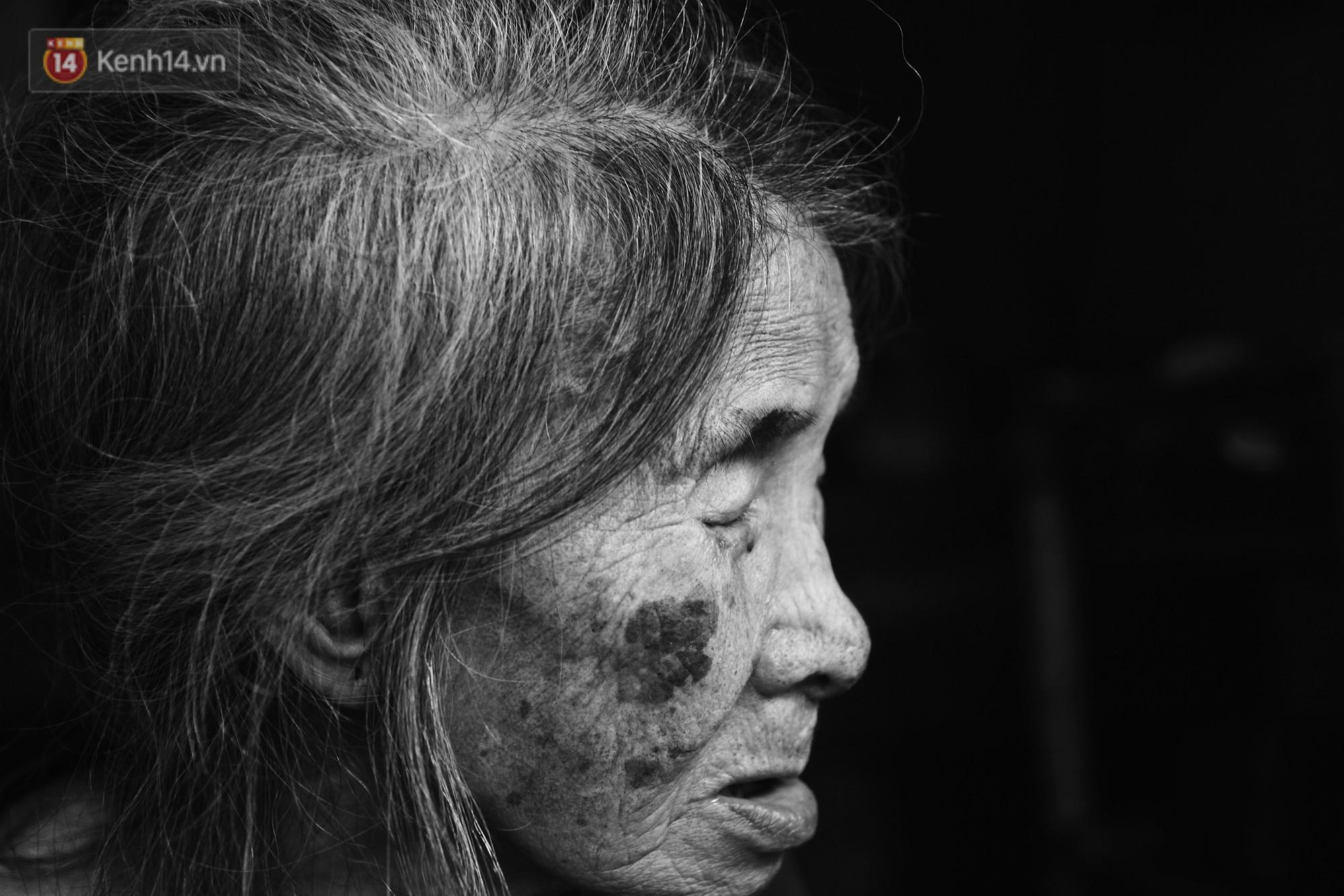 Ở Hà Nội, có một người mẹ mù gần 90 tuổi vẫn ngày đêm chăm đứa con gái điên: Còn sống được lúc nào, thì tôi còn nuôi nó - Ảnh 4.