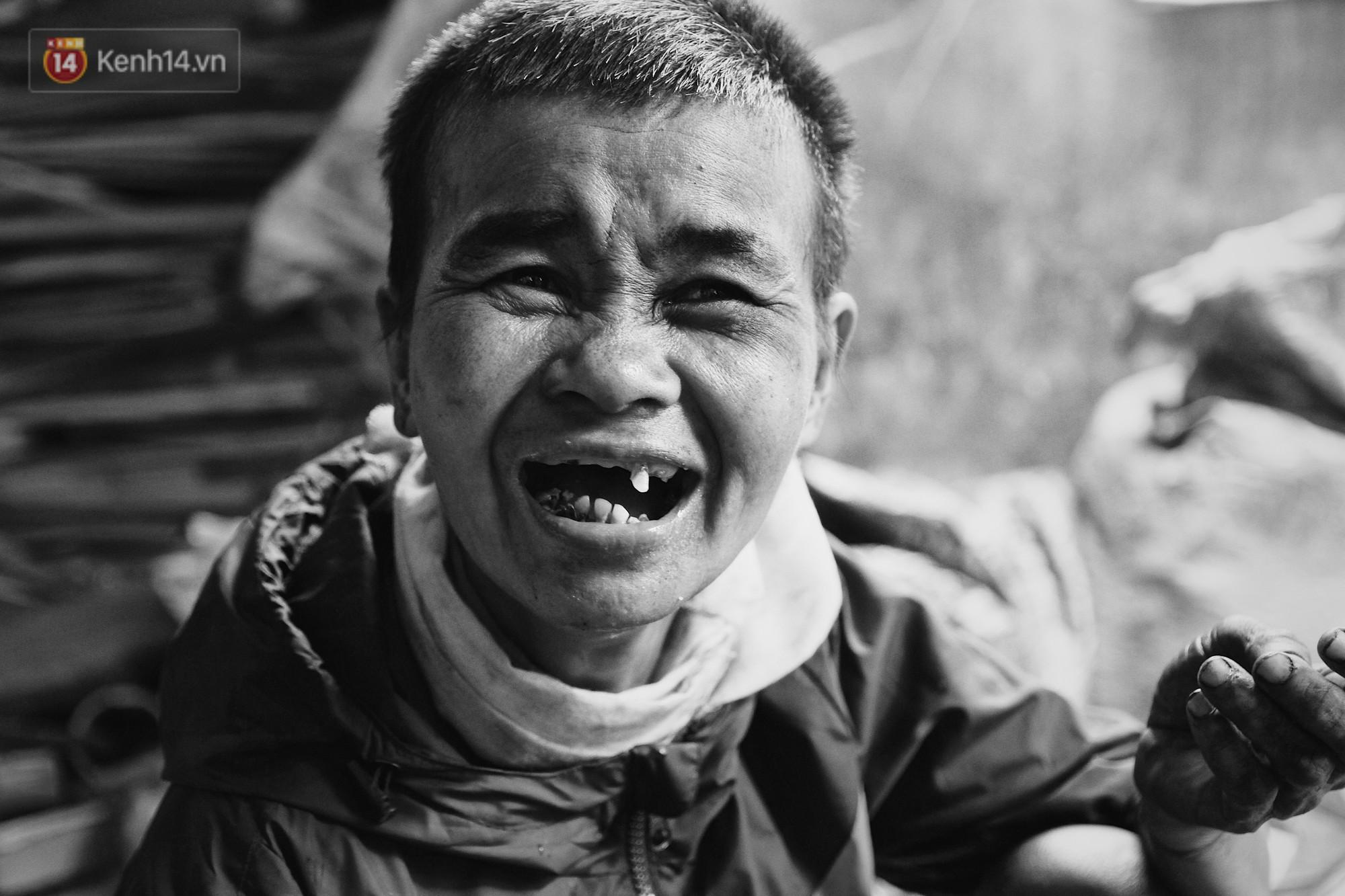 Ở Hà Nội, có một người mẹ mù gần 90 tuổi vẫn ngày đêm chăm đứa con gái điên: Còn sống được lúc nào, thì tôi còn nuôi nó - Ảnh 1.