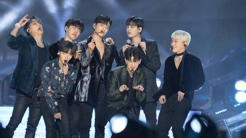 Sau EXO, iKON là nhóm nhạc tiếp theo bị antifan giở trò xấu này ngay trên sân khấu - Ảnh 1.