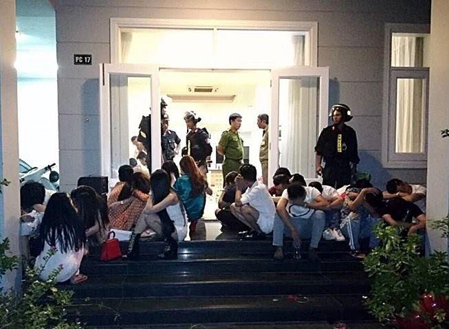 Bắt quả tang bà bầu cùng gần 30 nam thanh nữ tú trong buổi tiệc ma túy tập thể ở biệt thự ven biển - Ảnh 2.