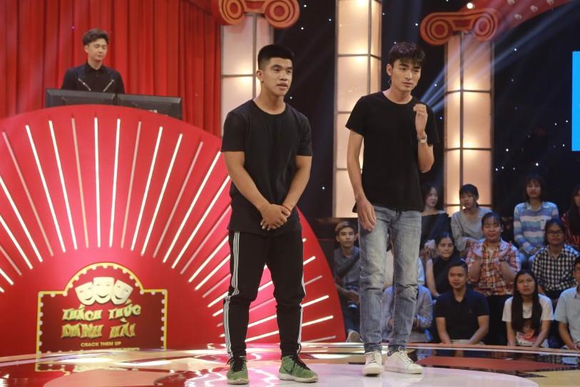Trấn Thành đứng hình trước cặp thí sinh nam chạm môi trong tập mở màn Thách thức danh hài mùa 5
