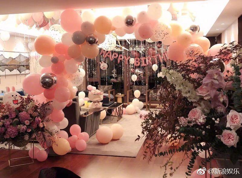 Triệu Lệ Dĩnh ôm chặt Phùng Thiệu Phong trong tiệc sinh nhật màu hồng - Ảnh 4.
