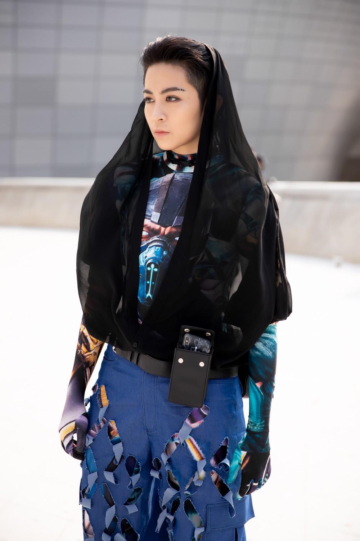 Xuất hiện hai siêu nhân từ Vbiz đến Seoul Fashion Week: Một người là Gil Lê, người còn lại đố bạn biết? - Ảnh 2.