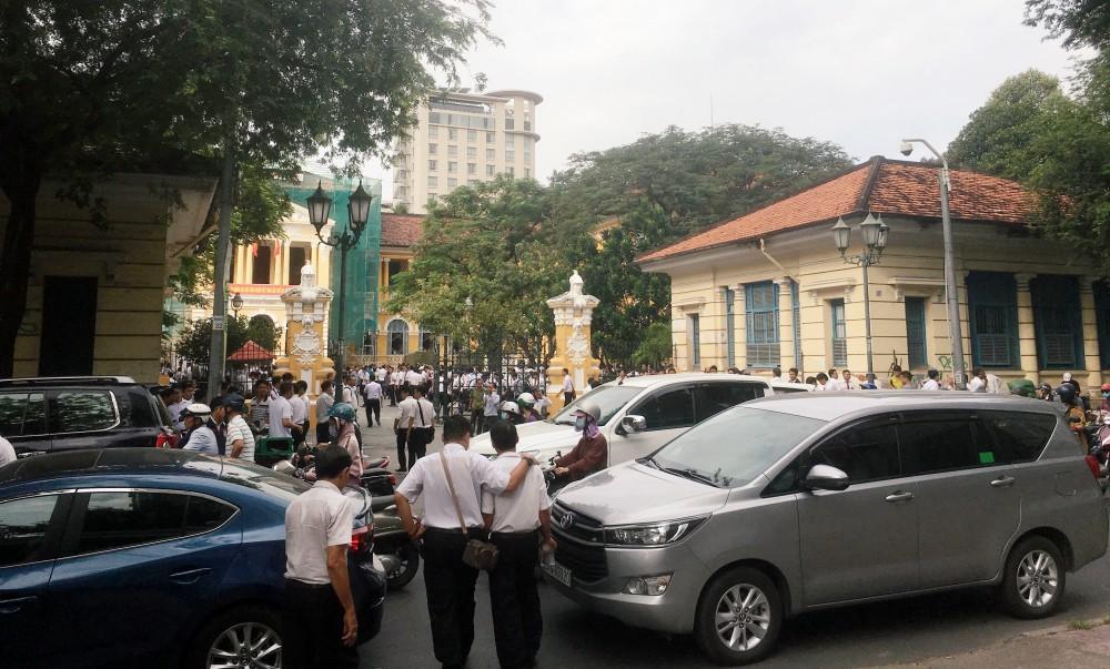 Hàng trăm tài xế Vinasun tiếp tục vây kín sân toà ở Sài Gòn, đòi Grab bồi thường hơn 40 tỷ đồng - Ảnh 2.