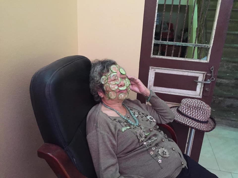 Bà nội dễ thương gần 80 tuổi vẫn chăm chỉ đắp dưa leo làm đẹp, biết cháu đi nước ngoài liền dúi 100USD nhờ mua nước hoa - Ảnh 2.