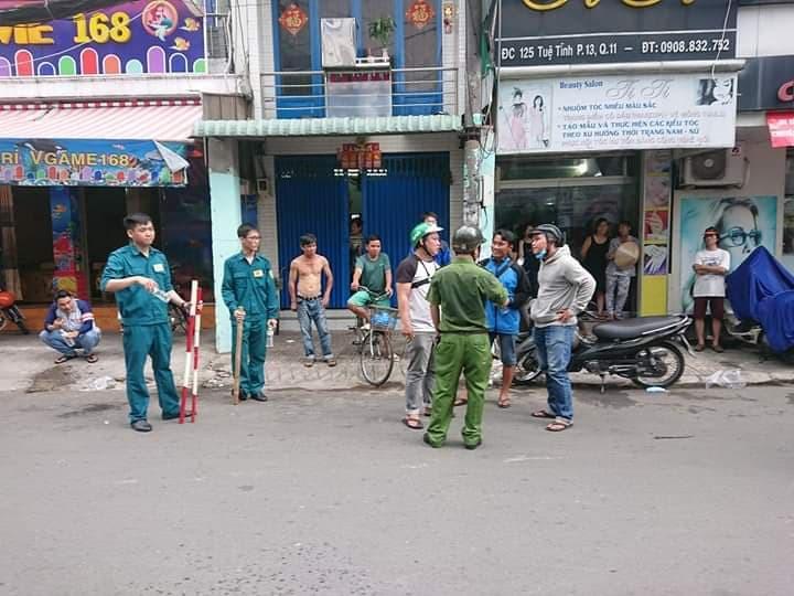 Đối tượng cướp giật cầm mảnh kính vỡ cố thủ trong tiệm bắn cá ở Sài Gòn - Ảnh 2.