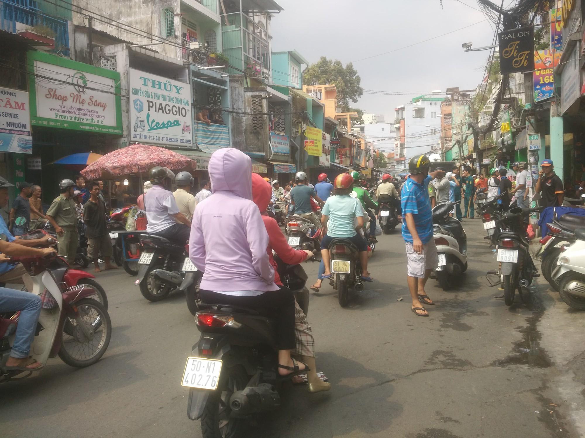 Đối tượng cướp giật cầm mảnh kính vỡ cố thủ trong tiệm bắn cá ở Sài Gòn - Ảnh 1.