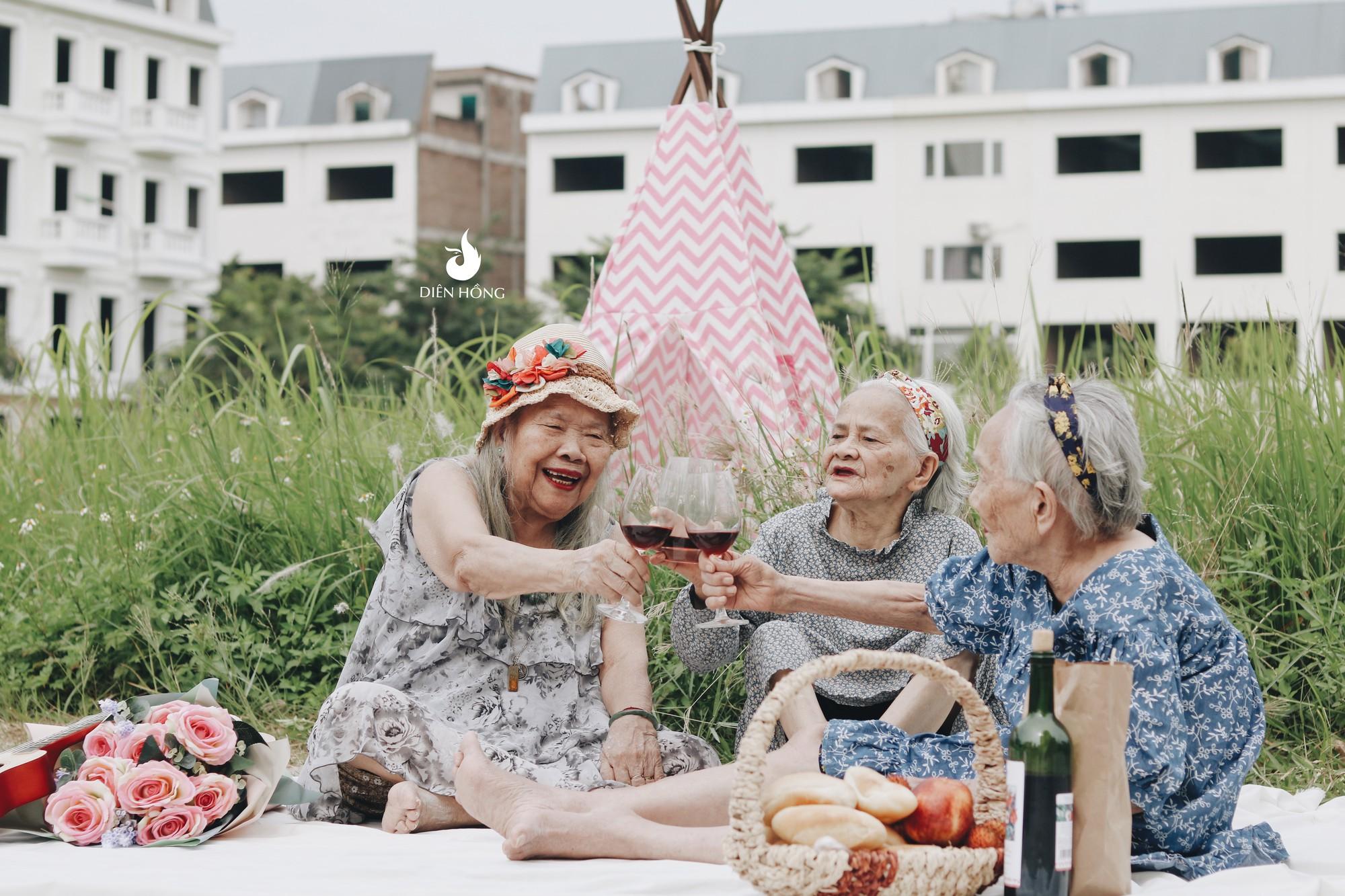 Bộ ảnh đáng yêu về hội chị em U90 đi picnic trong viện dưỡng lão: Đời có bao lâu, ta cứ vui thôi! - Ảnh 1.