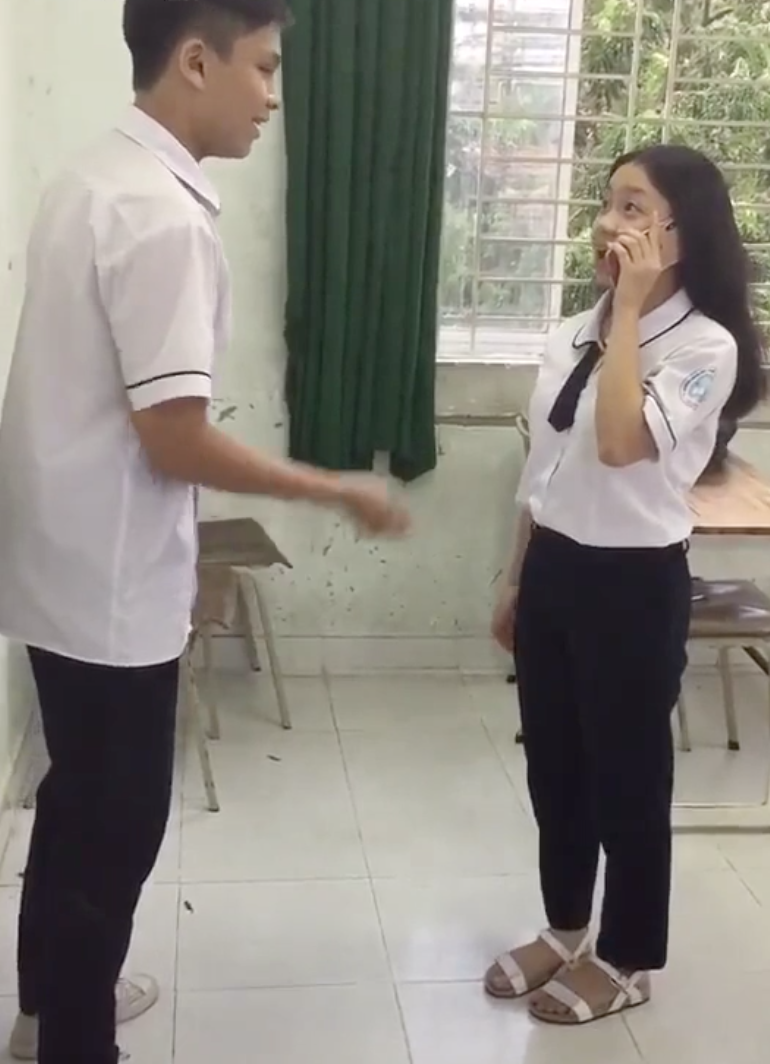 Diễn lại Hậu Duệ Mặt Trời, học sinh Sài Gòn làm vỡ iPhone X - Ảnh 4.