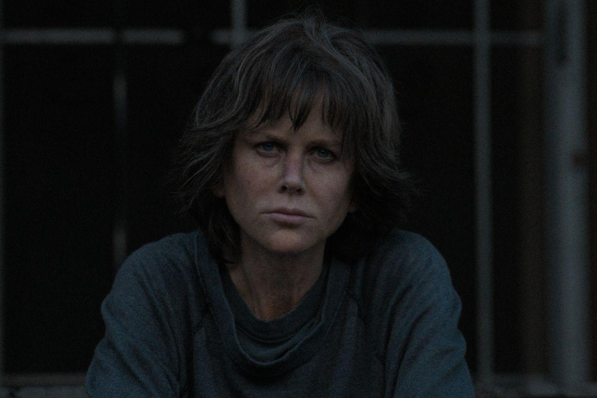 Fan còn chưa hết sốc vì tạo hình mẹ già, thiên nga Úc Nicole Kidman đã táo tợn bắt cướp trong trailer Destroyer - Ảnh 6.