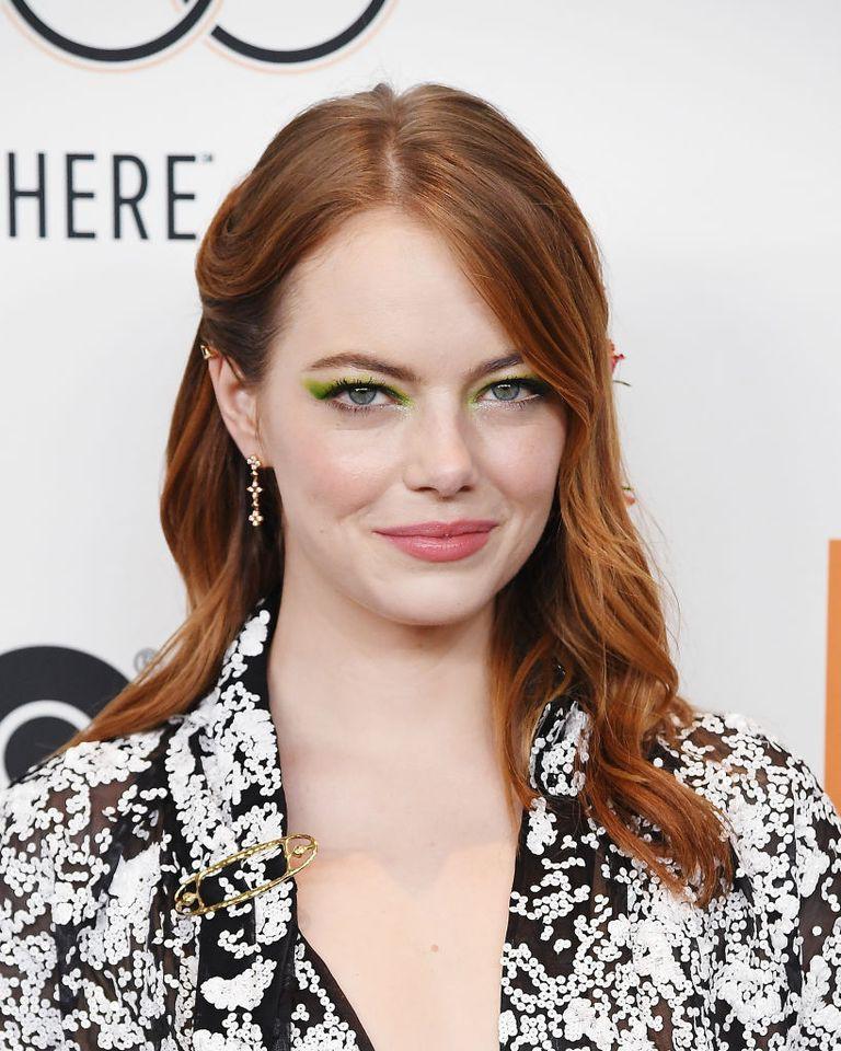 Cứ bảo cài hoa lên tóc là quê nhưng mái tóc trông hệt như bụi hoa hồng leo của Emma Stone lại gây mê dân tình - Ảnh 1.