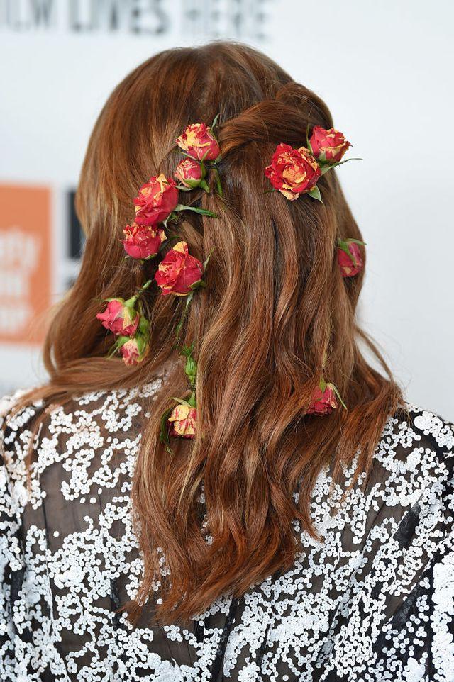 Cứ bảo cài hoa lên tóc là quê nhưng mái tóc trông hệt như bụi hoa hồng leo của Emma Stone lại gây mê dân tình - Ảnh 2.