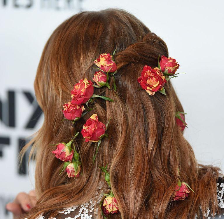 Cứ bảo cài hoa lên tóc là quê nhưng mái tóc trông hệt như bụi hoa hồng leo của Emma Stone lại gây mê dân tình - Ảnh 3.