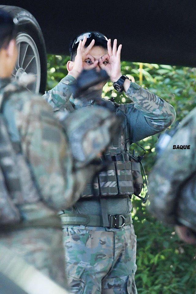 Hàng nghìn người đang phát sốt vì nam idol tập quân sự thôi mà đẹp thần thánh như quay phim Hậu duệ mặt trời - Ảnh 14.