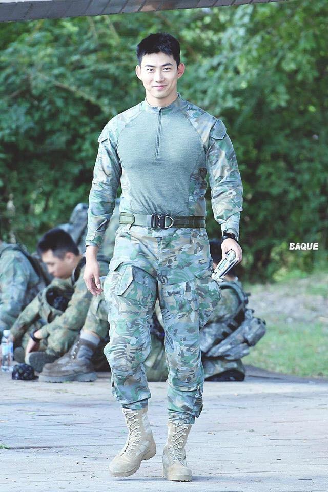 Hàng nghìn người đang phát sốt vì nam idol tập quân sự thôi mà đẹp thần thánh như quay phim Hậu duệ mặt trời - Ảnh 3.