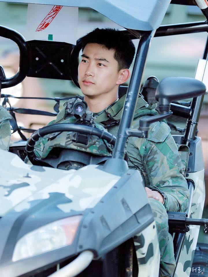 Hàng nghìn người đang phát sốt vì nam idol tập quân sự thôi mà đẹp thần thánh như quay phim Hậu duệ mặt trời - Ảnh 8.