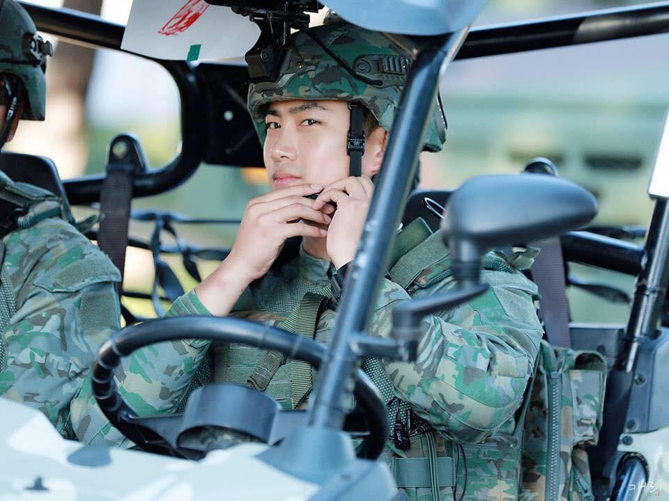 Hàng nghìn người đang phát sốt vì nam idol tập quân sự thôi mà đẹp thần thánh như quay phim Hậu duệ mặt trời - Ảnh 7.