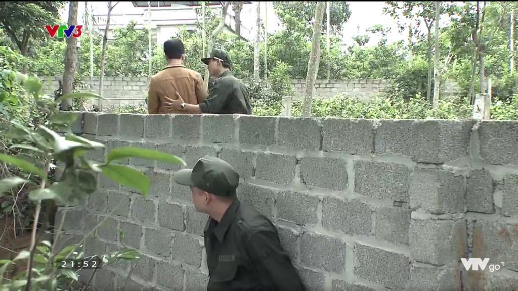 Cảnh trở mặt, dùng dao uy hiếp rồi cướp Quỳnh Búp Bê khỏi tay Phong Cấn trong phim Quỳnh búp bê