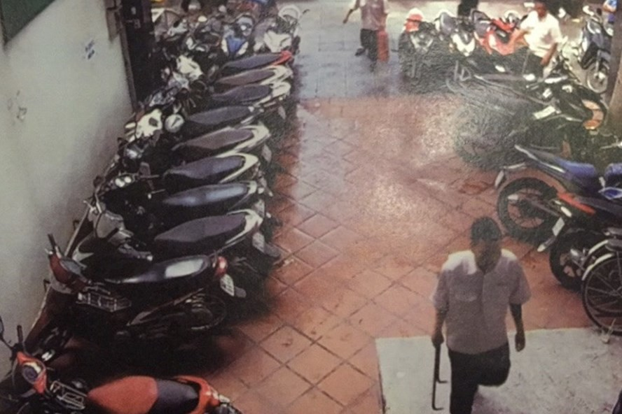 Cả gia đình ở Sài Gòn bị người lạ dùng bình xịt hơi cay, hung khí đe doạ tính mạng - Ảnh 2.