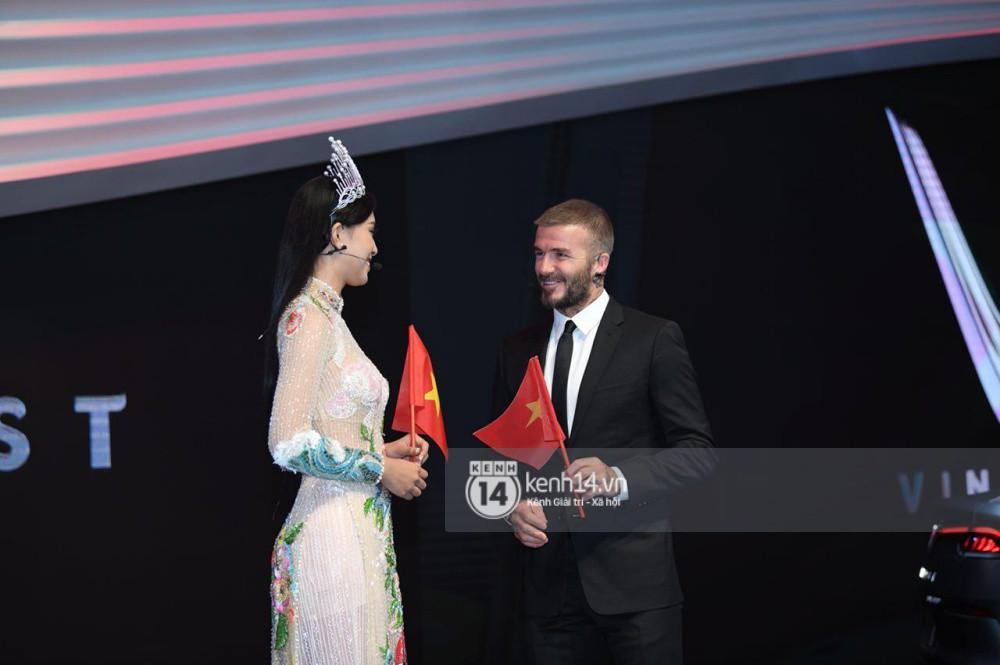 Clip: Hoa hậu Tiểu Vy tự tin nói tiếng Anh, vui vẻ tặng David Beckham lá cờ Việt Nam - Ảnh 3.