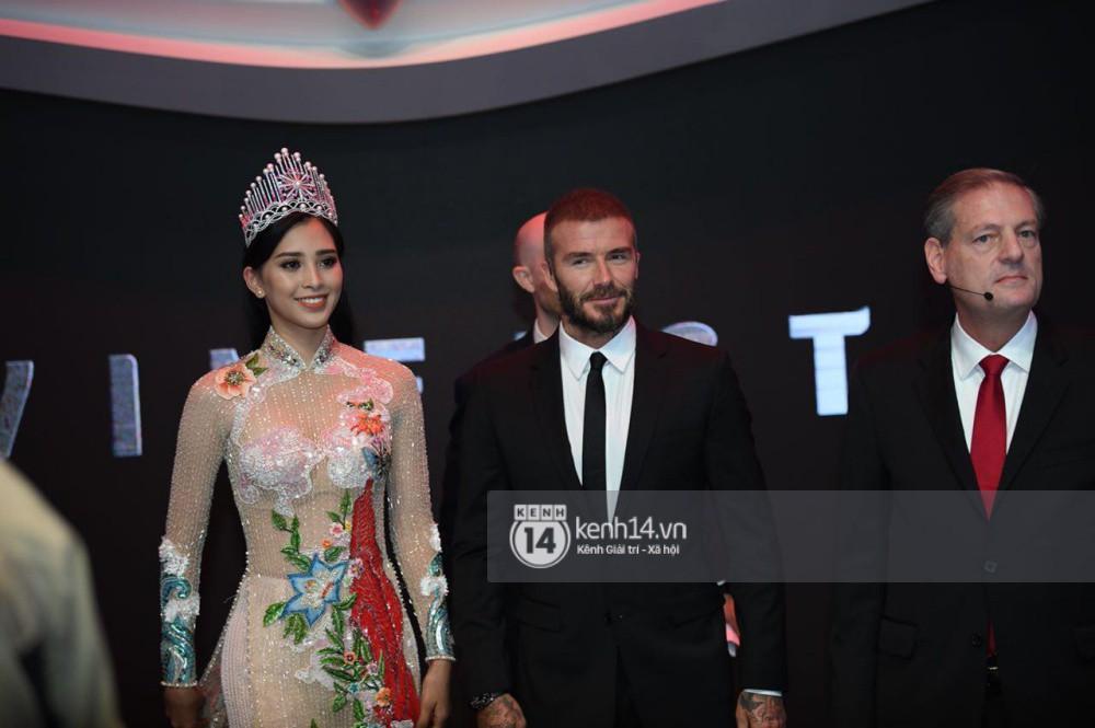 Clip: Hoa hậu Tiểu Vy tự tin nói tiếng Anh, vui vẻ tặng David Beckham lá cờ Việt Nam - Ảnh 2.