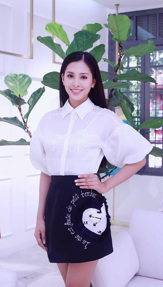 Mới đăng quang chưa đầy 1 tháng, HH Trần Tiểu Vy đụng váy áo liên hoàn với cả loạt người đẹp Vbiz - Ảnh 1.