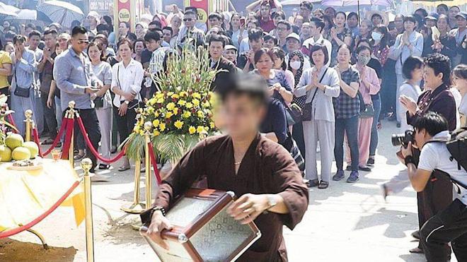 Soái ca Hà Nội thản nhiên bê trộm hòm công đức ở chùa trước mặt nhiều người - Ảnh 1.