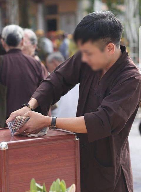 Soái ca Hà Nội thản nhiên bê trộm hòm công đức ở chùa trước mặt nhiều người - Ảnh 2.