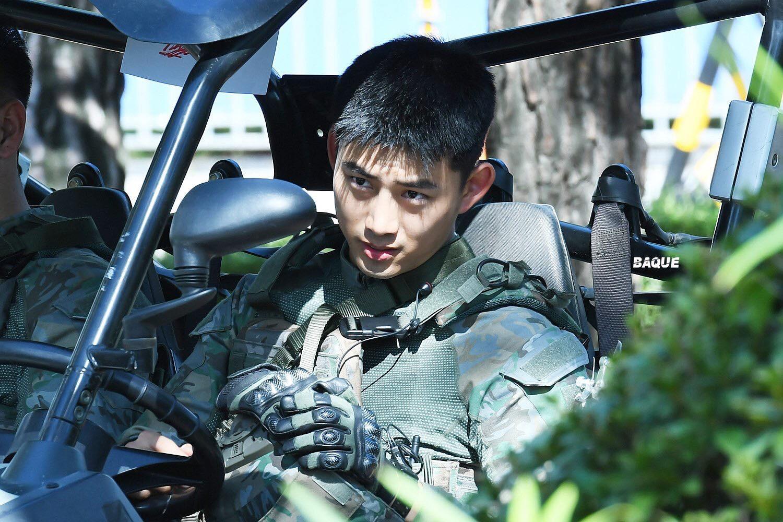 Hậu Duệ Mặt Trời bản đời thực nhất định là Taecyeon (2PM), mặc đồng phục vẫn đẹp khó mà chê - Ảnh 1.