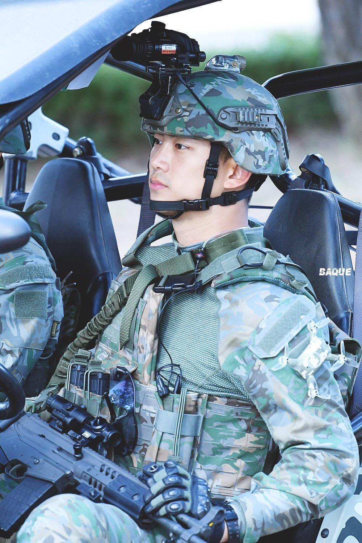 Hậu Duệ Mặt Trời bản đời thực nhất định là Taecyeon (2PM), mặc đồng phục vẫn đẹp khó mà chê - Ảnh 5.