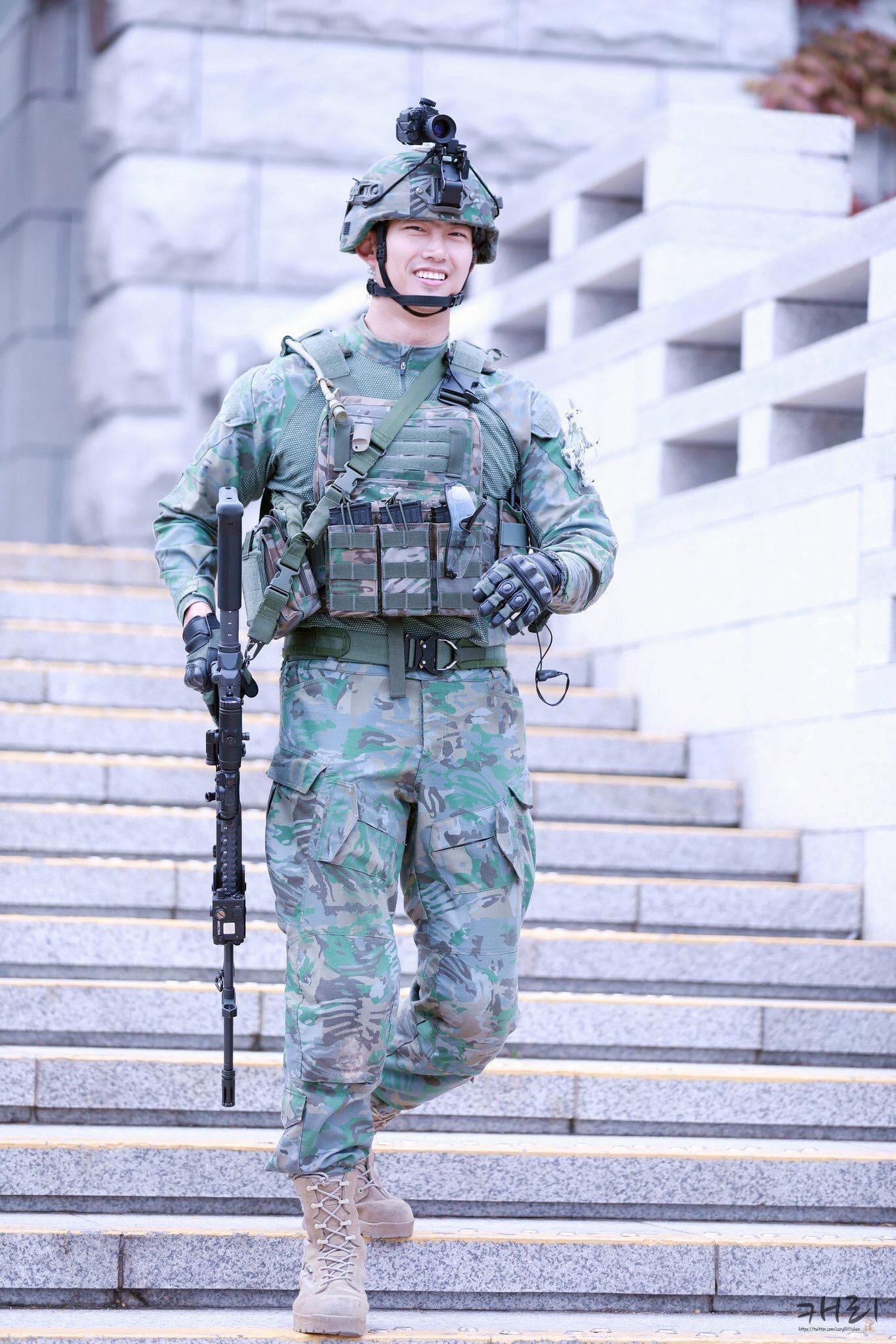 Hậu Duệ Mặt Trời bản đời thực nhất định là Taecyeon (2PM), mặc đồng phục vẫn đẹp khó mà chê - Ảnh 2.