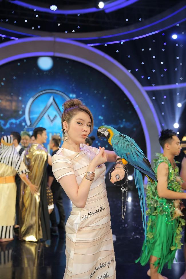 Mới đăng quang chưa đầy 1 tháng, HH Trần Tiểu Vy đụng váy áo liên hoàn với cả loạt người đẹp Vbiz - Ảnh 5.