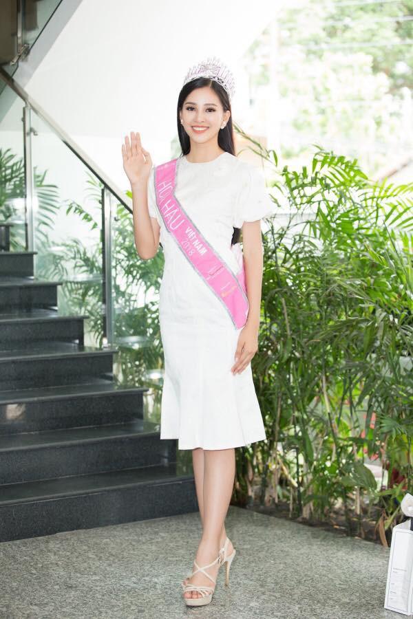 Mới đăng quang chưa đầy 1 tháng, HH Trần Tiểu Vy đụng váy áo liên hoàn với cả loạt người đẹp Vbiz - Ảnh 7.