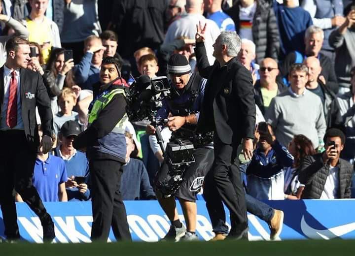Mourinho điên tiết, đòi đấm nhau với người của Chelsea sau khi MU thủng lưới phút cuối - Ảnh 2.