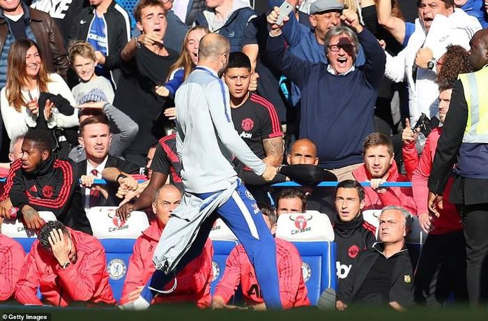 Mourinho điên tiết, đòi đấm nhau với người của Chelsea sau khi MU thủng lưới phút cuối - Ảnh 1.