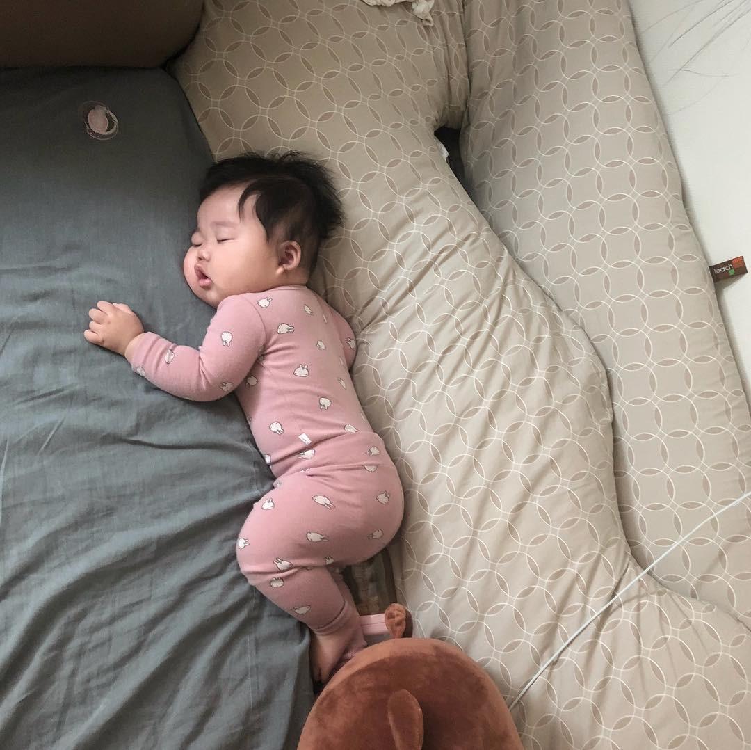 Slogan từ 1001 kiểu ngủ say của cậu nhóc Hàn Quốc: Chủ nhật chỉ cần