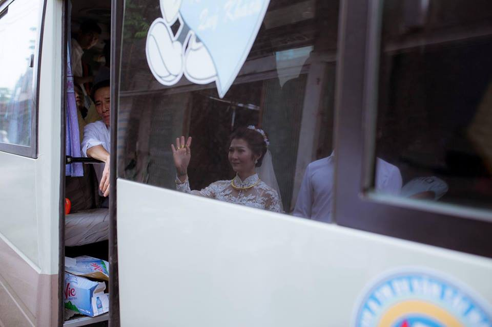 Phía sau bức ảnh cô dâu lau nước mắt chào người thân về nhà chồng: Mẹ mình bị ung thư, từ giờ ai sẽ đưa mẹ đi viện... - Ảnh 3.