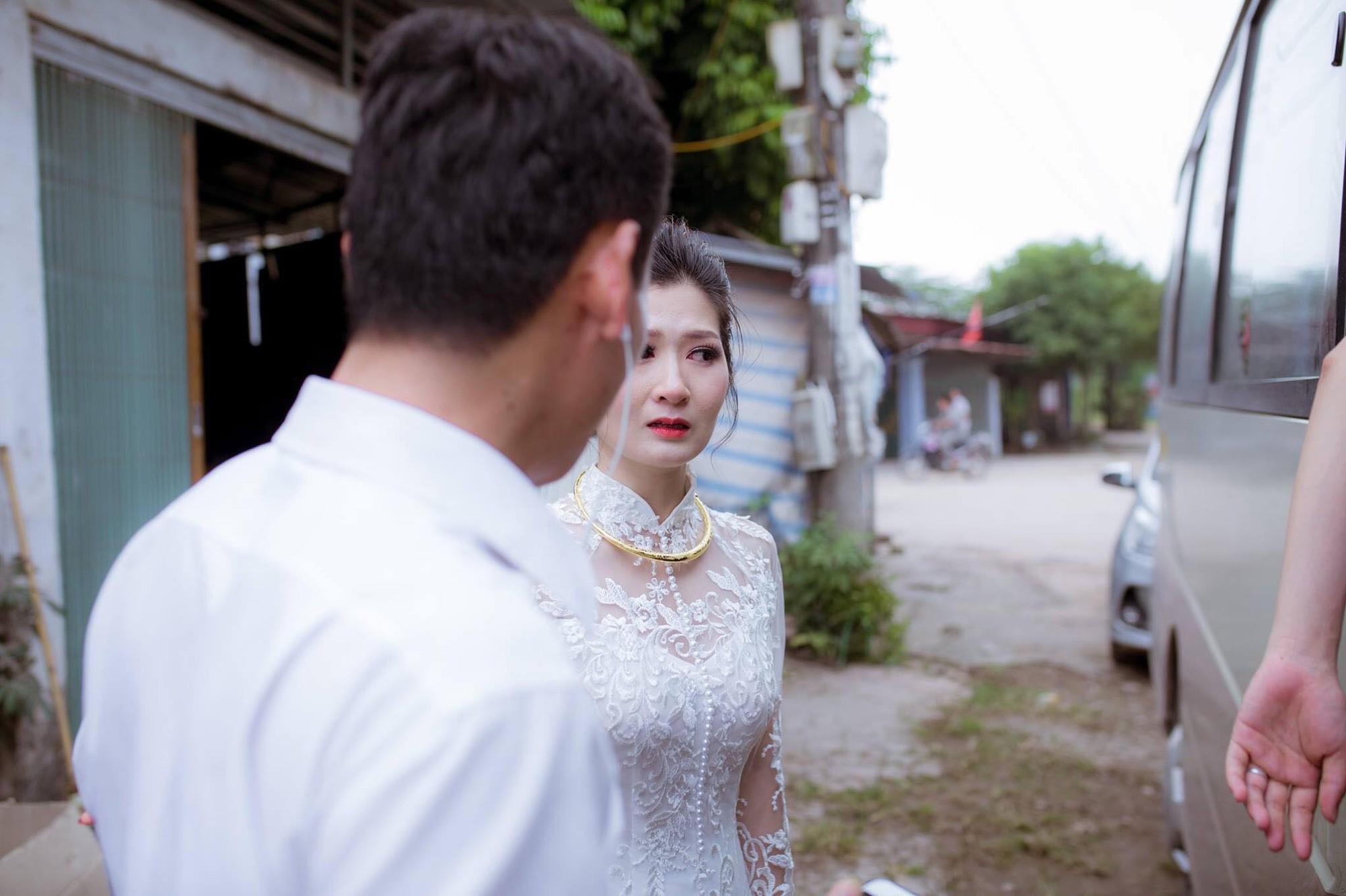 Phía sau bức ảnh cô dâu lau nước mắt chào người thân về nhà chồng: Mẹ mình bị ung thư, từ giờ ai sẽ đưa mẹ đi viện... - Ảnh 4.