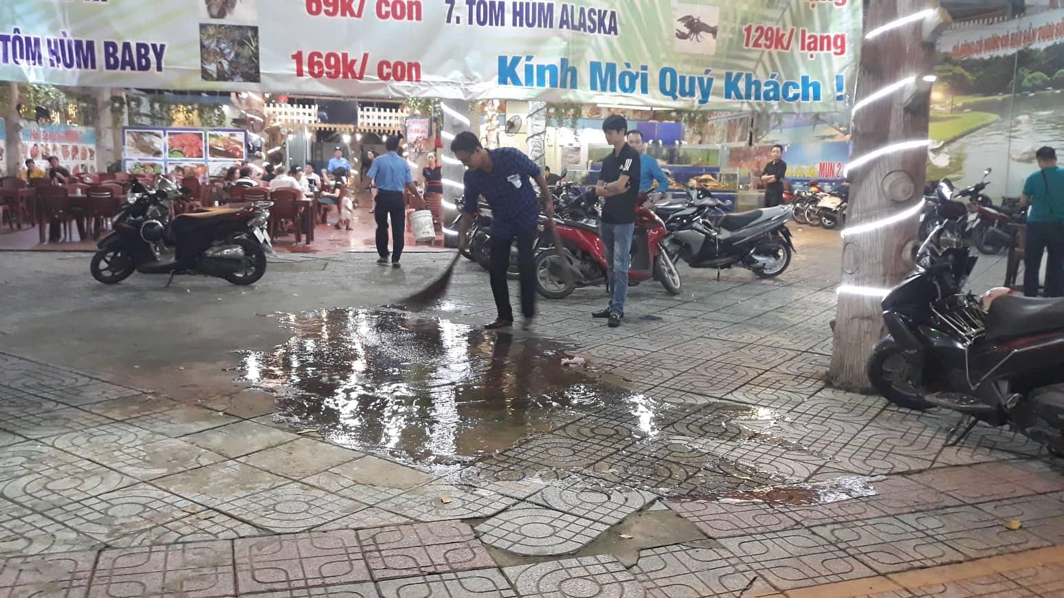Mâu thuẫn trong lúc lấy xe, nam thực khách bị bảo vệ đâm gục tại quán ăn ở Sài Gòn - Ảnh 2.