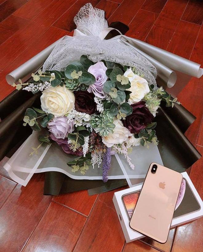 20/10 của dàn bạn gái U23: Người được tặng iPhone, người về tận nhà bạn trai tổ chức tiệc - Ảnh 1.