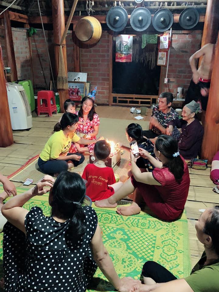 20/10 của dàn bạn gái U23: Người được tặng iPhone, người về tận nhà bạn trai tổ chức tiệc - Ảnh 11.