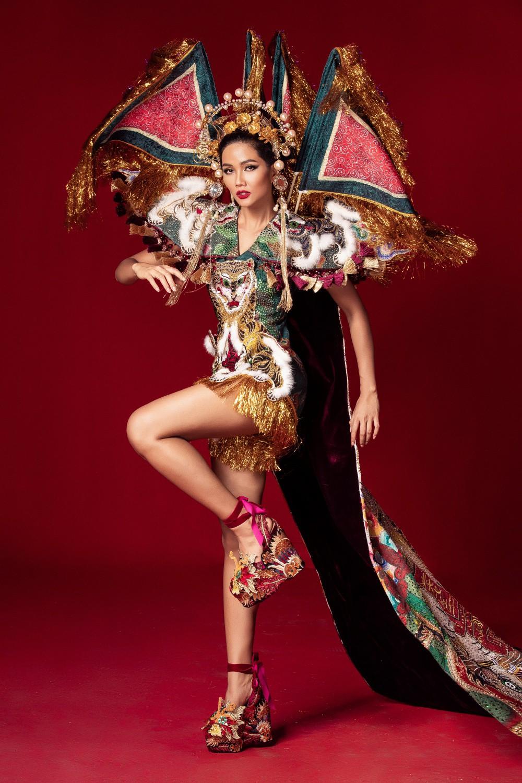 Chiêm ngưỡng 6 bộ quốc phục độc đáo khiến HHen Niê phân vân chọn lựa để mang đi chinh chiến Miss Universe 2018 - Ảnh 8.