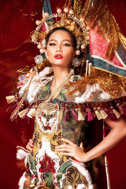 Chiêm ngưỡng 6 bộ quốc phục độc đáo khiến HHen Niê phân vân chọn lựa để mang đi chinh chiến Miss Universe 2018 - Ảnh 7.