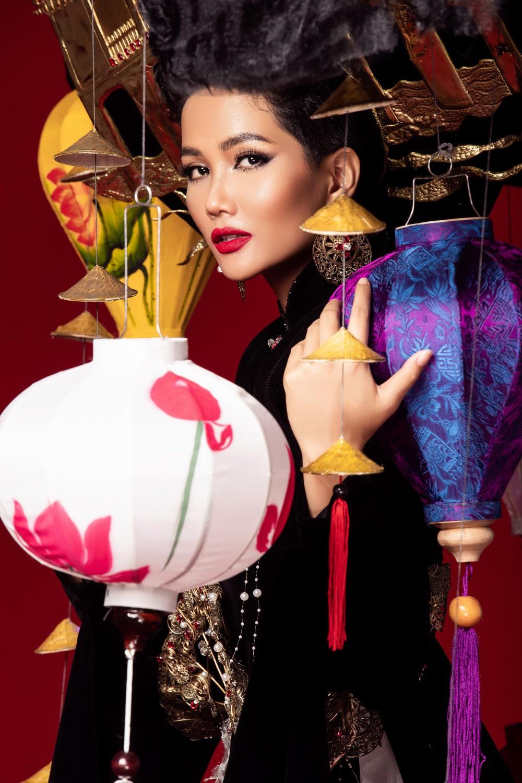 Chiêm ngưỡng 6 bộ quốc phục độc đáo khiến HHen Niê phân vân chọn lựa để mang đi chinh chiến Miss Universe 2018 - Ảnh 3.