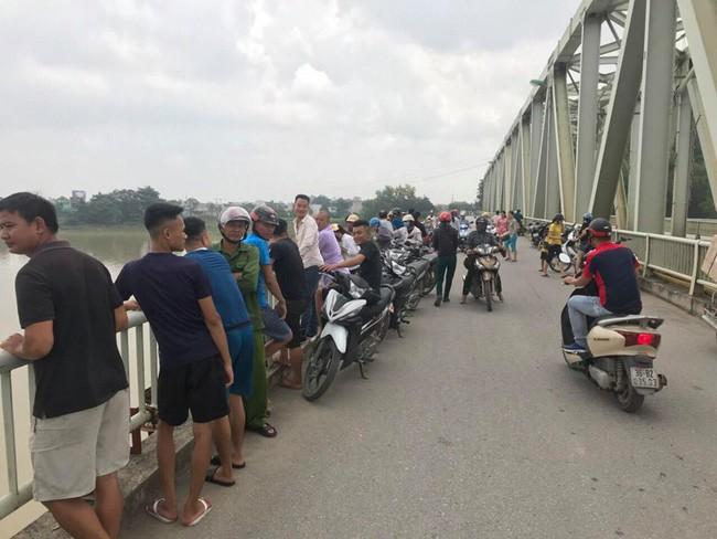 Thanh Hóa: Nam thanh niên đi xe đạp lên cầu Hàm Rồng nhảy xuống sông tự vẫn - Ảnh 3.