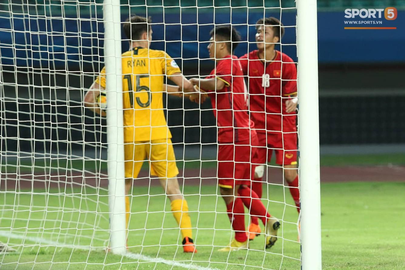 Cầu thủ U19 Việt Nam cúi đầu sau trận thua U19 Australia, chính thức bị loại khỏi giải U19 châu Á 2018 - Ảnh 2.