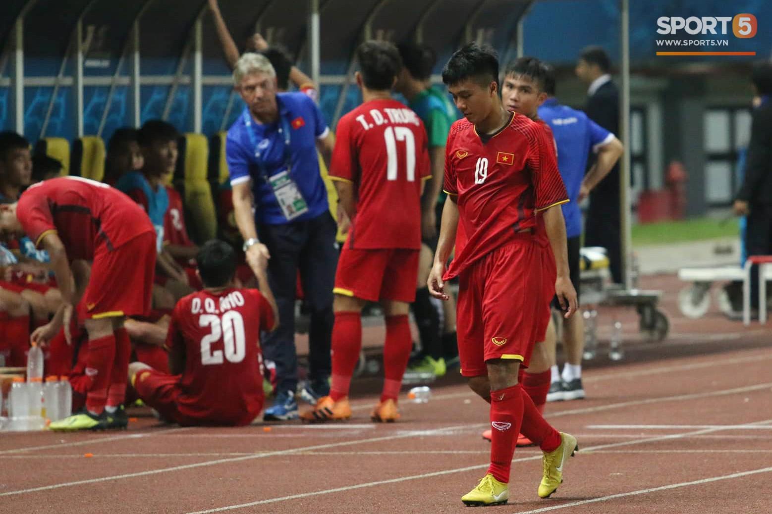 Cầu thủ U19 Việt Nam cúi đầu sau trận thua U19 Australia, chính thức bị loại khỏi giải U19 châu Á 2018 - Ảnh 7.