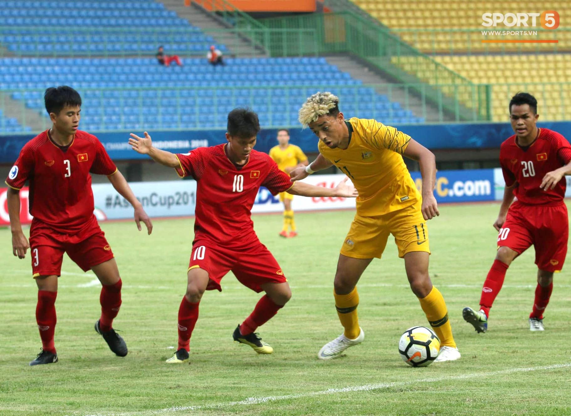 Cầu thủ U19 Việt Nam cúi đầu sau trận thua U19 Australia, chính thức bị loại khỏi giải U19 châu Á 2018 - Ảnh 3.