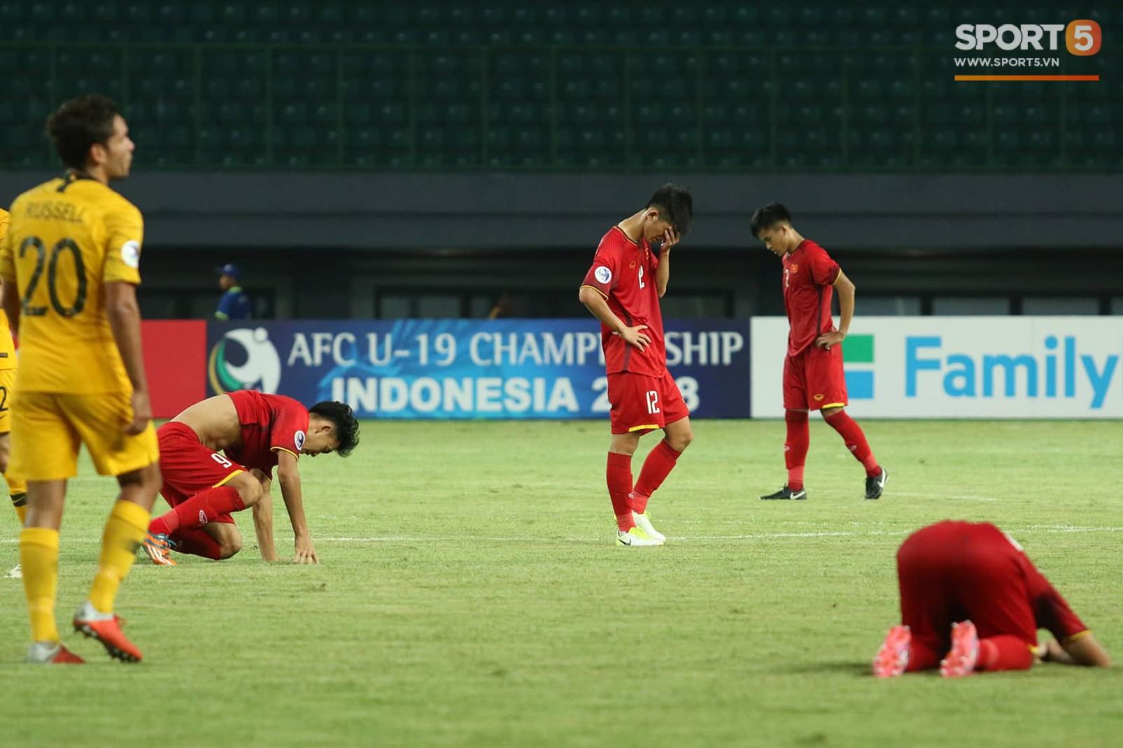 Cầu thủ U19 Việt Nam cúi đầu sau trận thua U19 Australia, chính thức bị loại khỏi giải U19 châu Á 2018 - Ảnh 6.